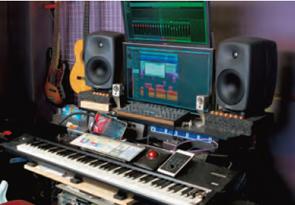 アレンジや録音で使っている部屋。普段は長時間の作業でも疲れない8050Aをセットしている